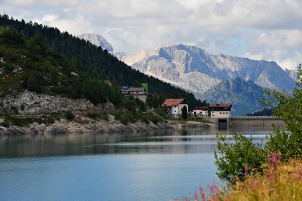 dolomiti marmolada il lago di fedaia e il ghiacciaio