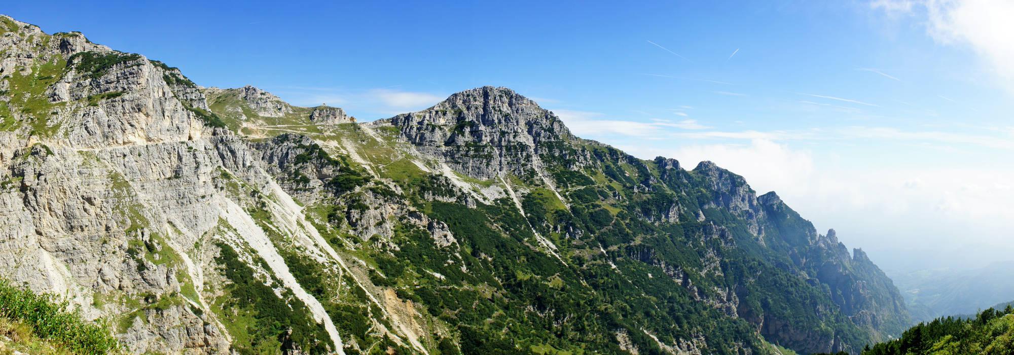 ... la strada degli Eroi verso il rifugio gen. A.Papa - foto panoramica: www.magicoveneto.it/Pasubio/Pasubio/P09-Monte-Pasubio-Strada-degli...